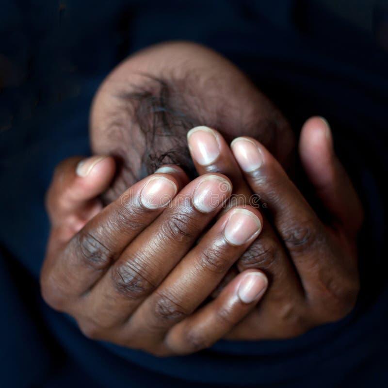 抱着新出生的婴孩的黑人父亲 库存图片