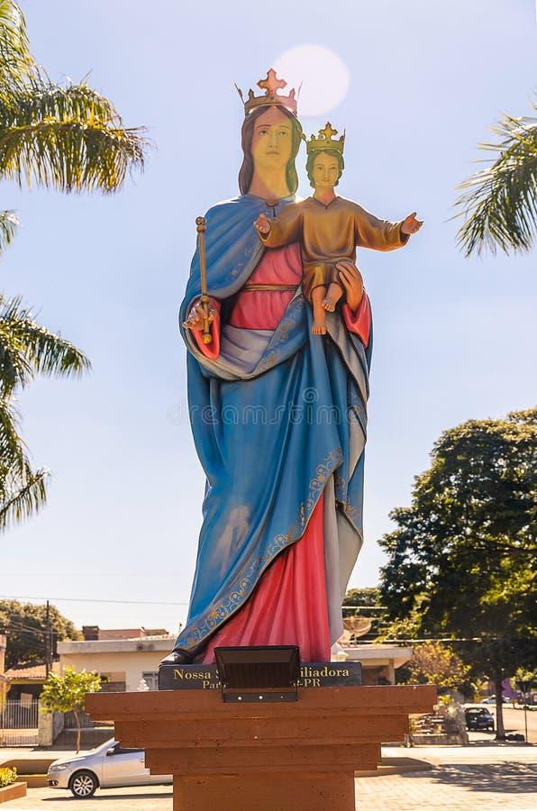 抱着膝部的我们的夫人雕象小耶稣 免版税库存图片