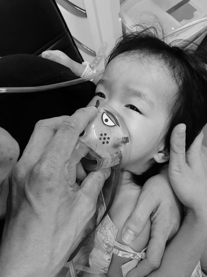 抱着被对待的她的早产儿的年轻母亲 免版税库存图片