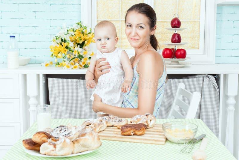 抱着婴孩的妈妈 库存图片