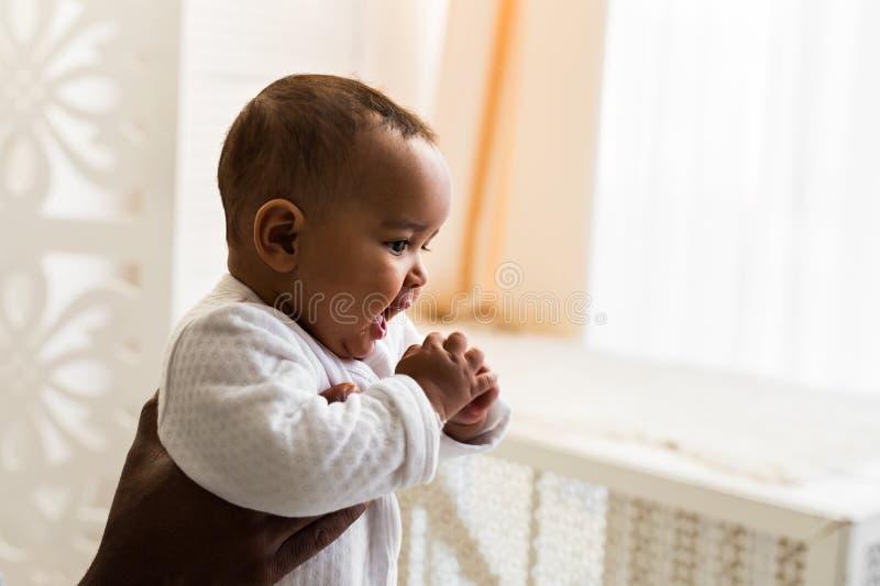 抱着婴孩的非裔美国人的父亲 库存图片