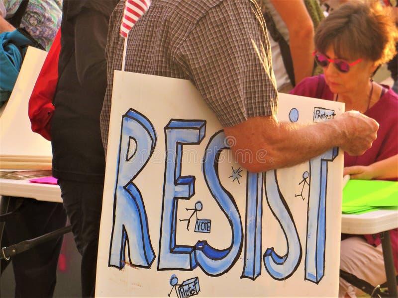 抵抗标志在抗议 库存图片