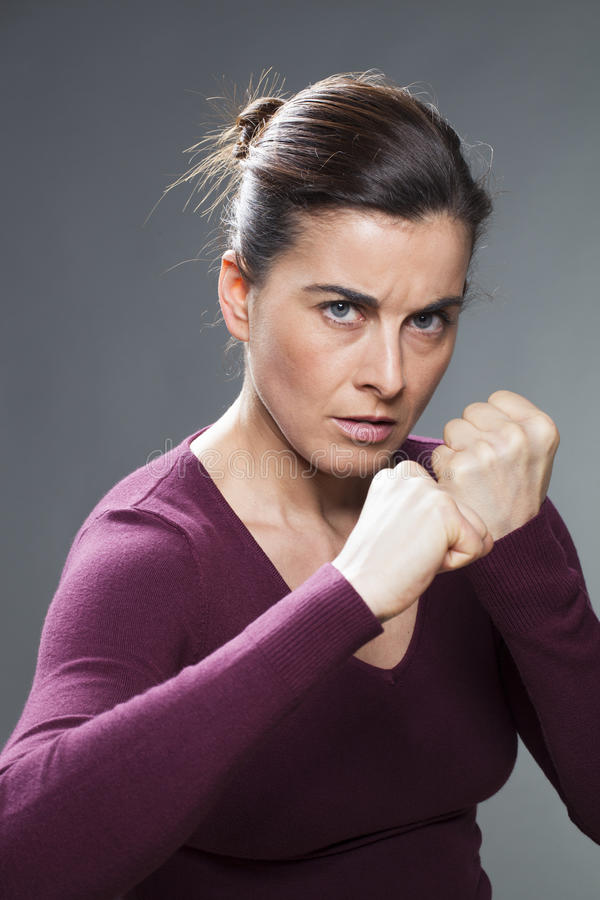 抵抗暴力的妇女的女性自卫概念 免版税库存图片