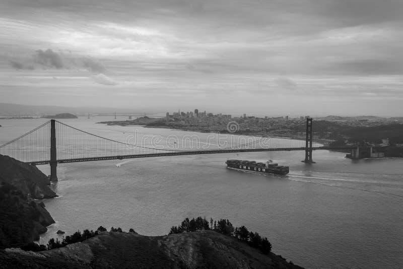 抵达旧金山的集装箱船 免版税库存照片