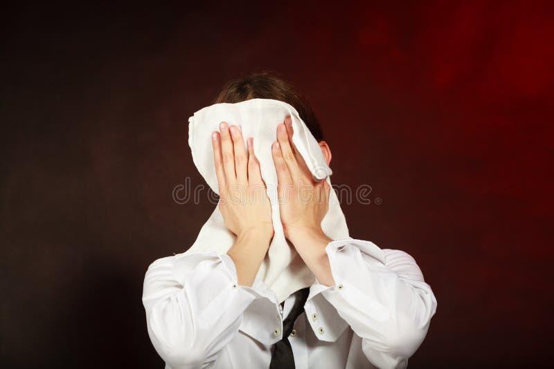 抹他的面孔的疲乏的侍者 免版税库存图片