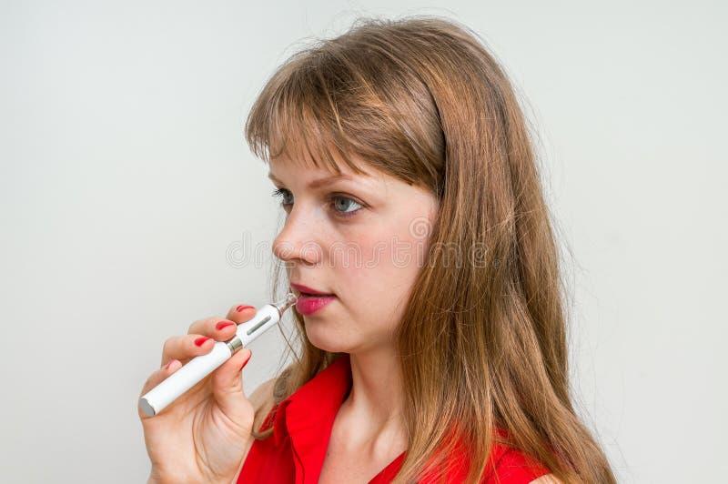 抽一根电子香烟的妇女 库存照片