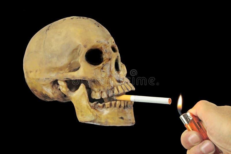 抽与头骨的抽烟的杀害或中止概念性图象 库存照片