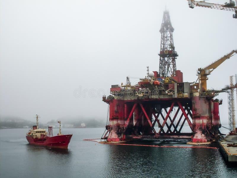 抽在海的油和煤气的工业凿岩机塔平台 燃料和汽油探险和生产 库存图片