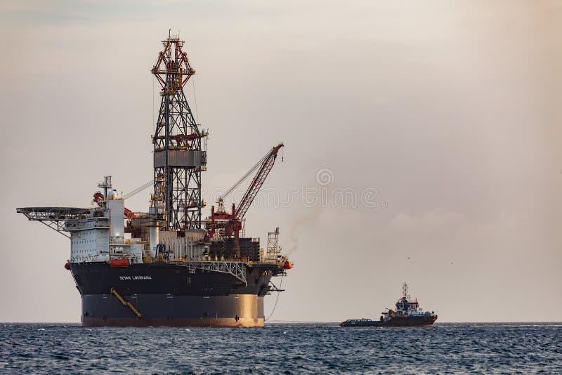 抽油装置'塞万路易斯安那'在离库拉索岛海岸的附近在加勒比 流动海上钻井单位根据塞万SSP的H的冒顿 免版税库存照片