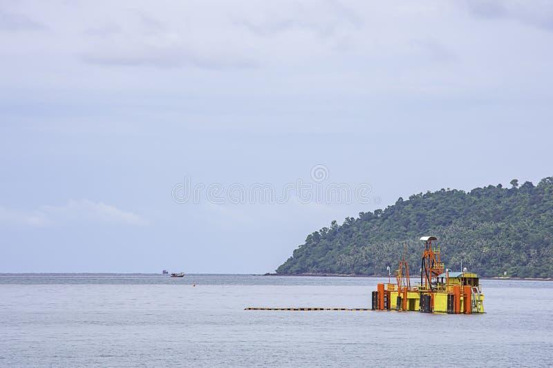 抽油装置和海岛海海岸线的在Laem thian海滩,Chumphon在泰国 库存照片
