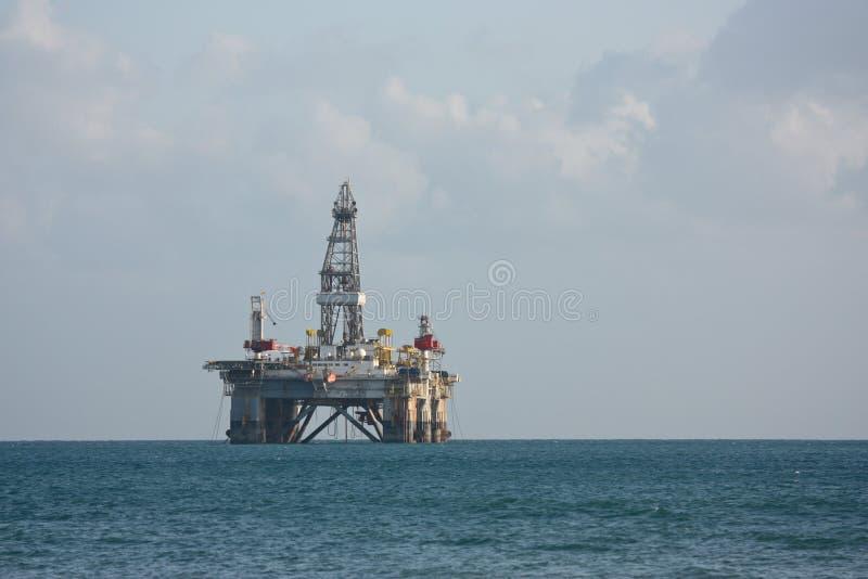 抽油装置海边 库存图片