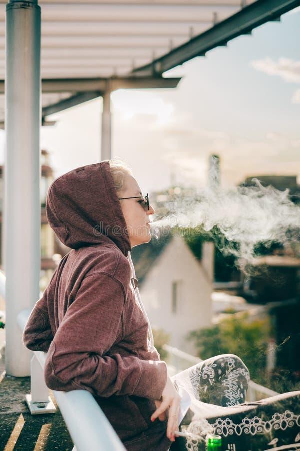 抽烟和变冷在屋顶 图库摄影