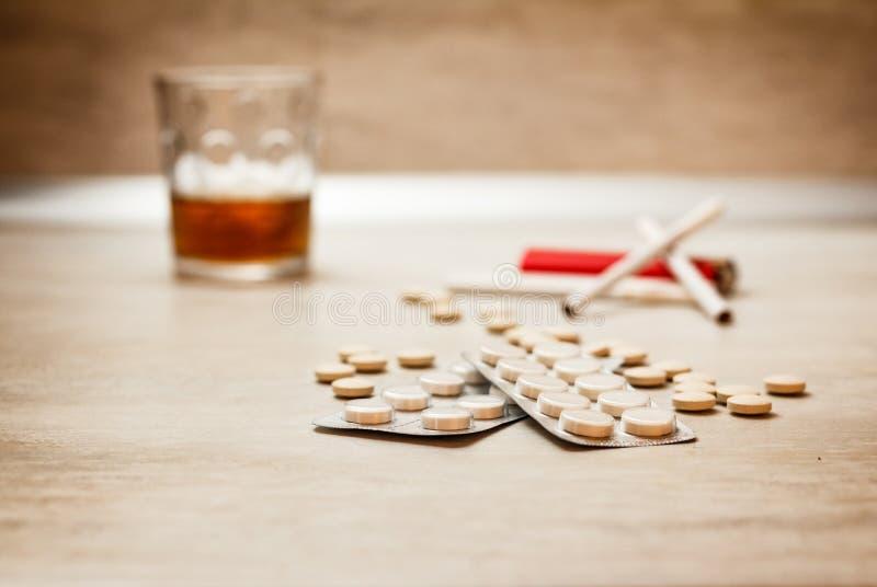 抽烟和喝导致医学 库存图片
