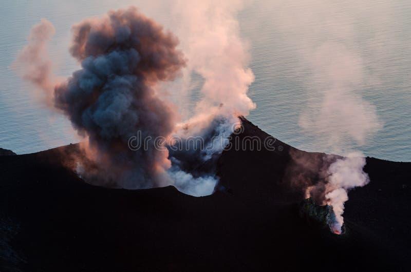 抽烟喷发在斯特龙博利岛海岛,西西里岛上的火山 免版税库存照片