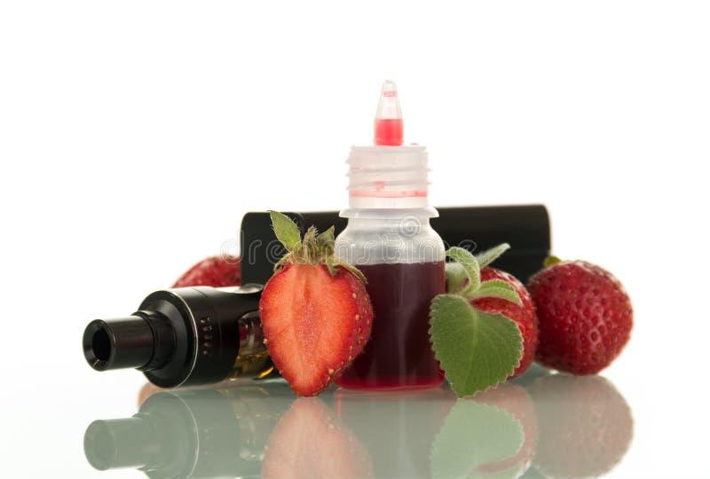 抽烟的与新鲜的莓果口味孤立的适应和液体 免版税库存照片