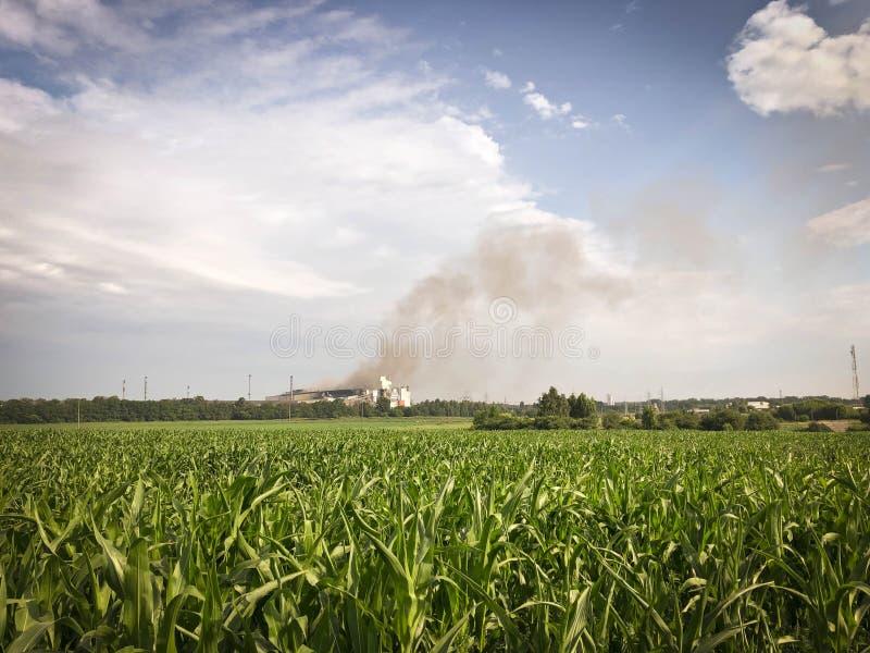 抽烟的冶金植物 生态和环保的概念 库存照片