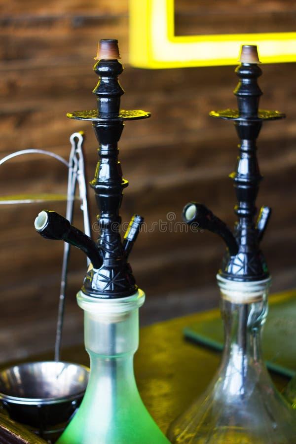 抽烟的水烟筒在水烟筒酒吧 免版税库存照片