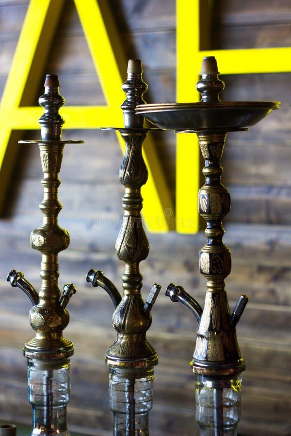 抽烟的水烟筒在水烟筒酒吧 免版税库存图片
