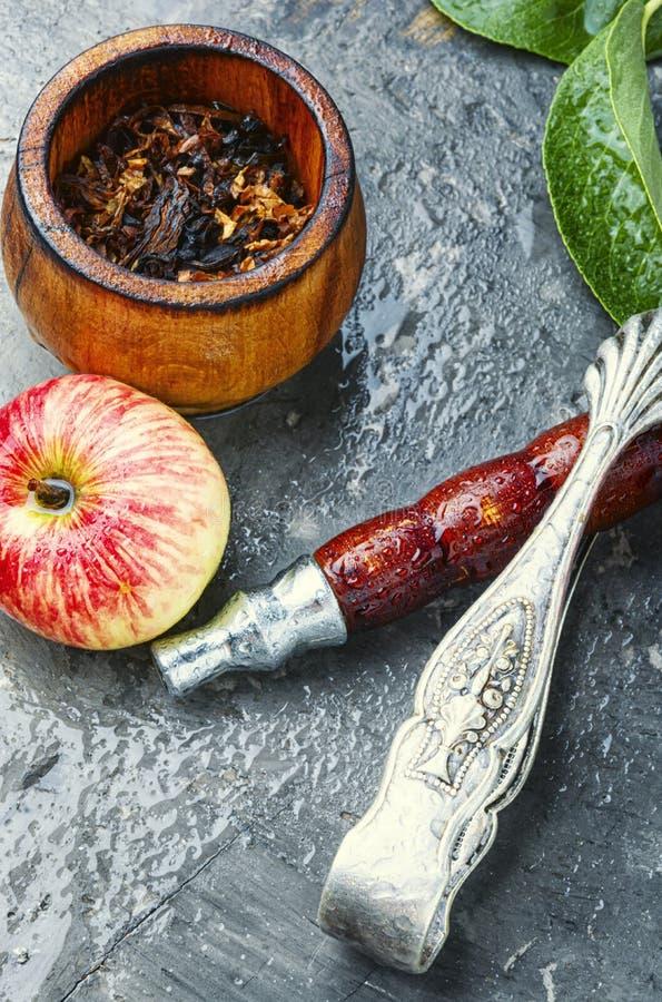 抽烟的水烟筒用苹果 免版税库存图片