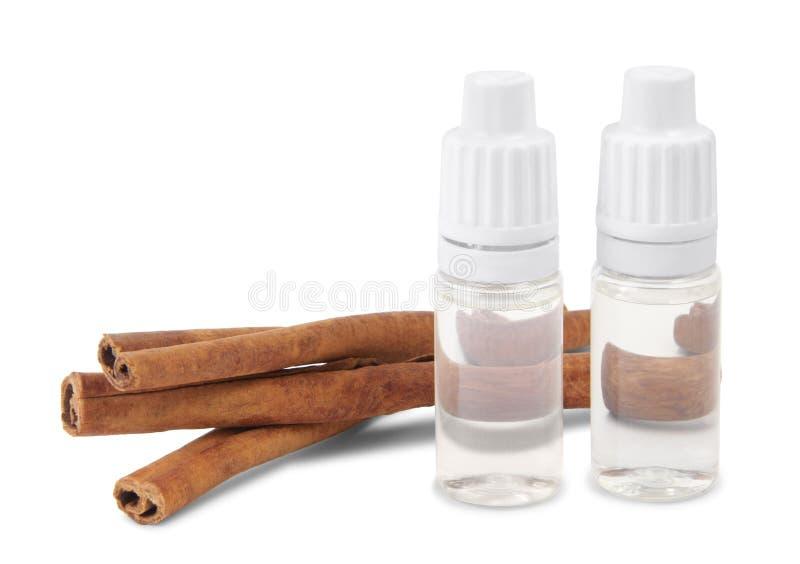 抽烟的液体与桂香味道和肉桂条 库存图片