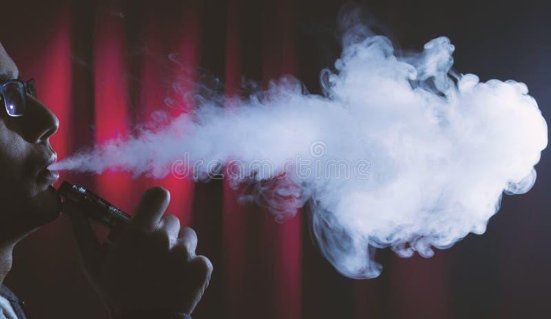 抽烟的电子香烟或vaping的设备 免版税库存图片