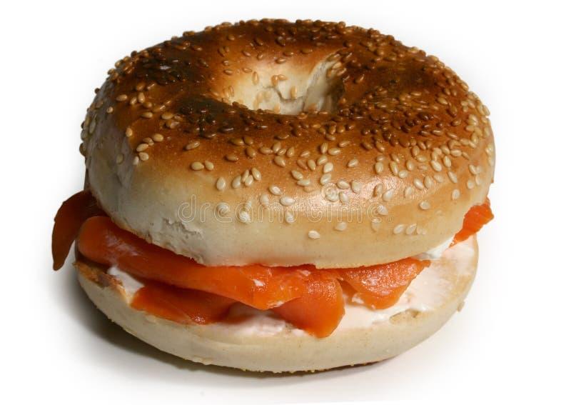 抽烟的百吉卷干酪奶油三文鱼三明治 免版税库存图片