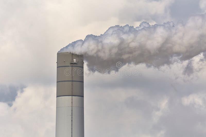 抽烟的能源厂 免版税库存图片