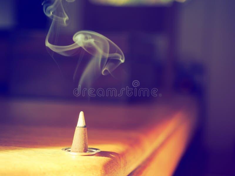 抽烟的香火锥体在阳光下 库存图片