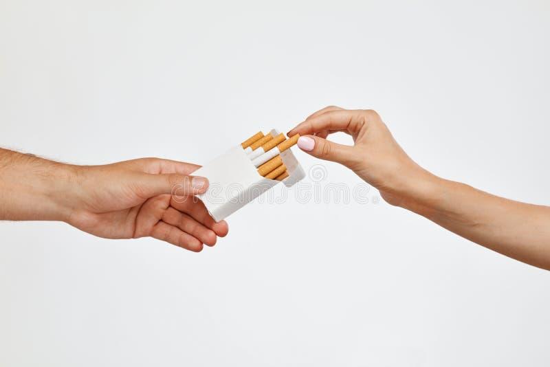 抽烟 拿着香烟组装的特写镜头手,采取香烟 免版税图库摄影