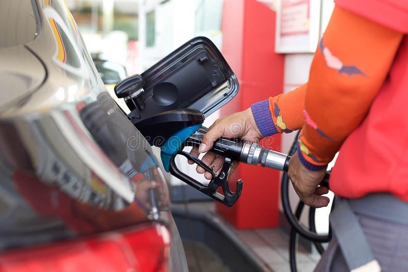 抽的气体到汽车里 免版税库存照片