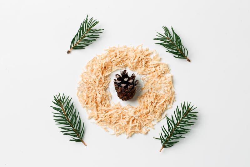 抽象与锥体和杉木的圣诞节构成平的位置分支 创造性的概念 免版税图库摄影
