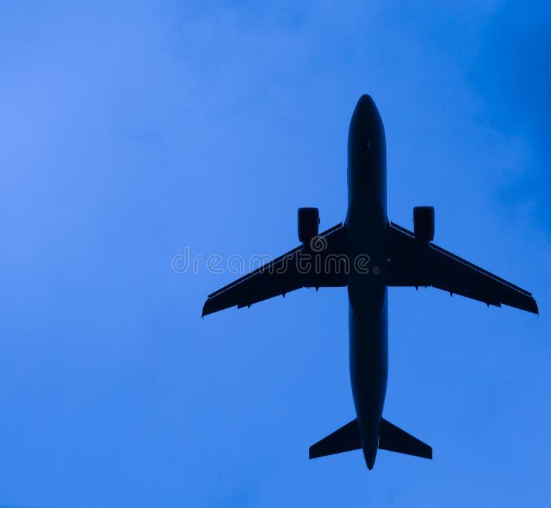 抽象低飞行飞机 库存图片