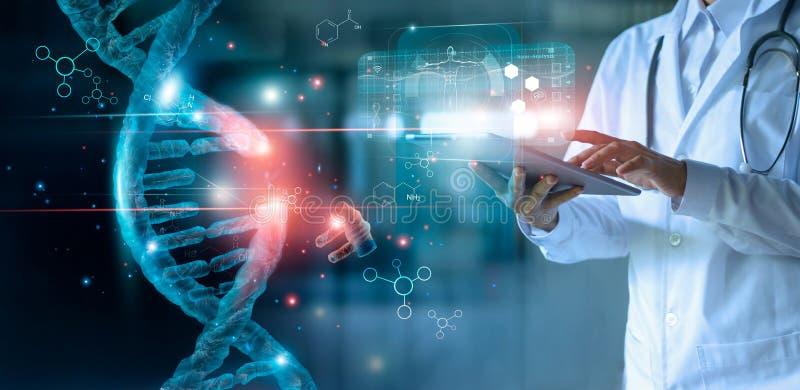 抽象光亮脱氧核糖核酸分子 使用片剂和检查的医生与分析染色体 库存照片