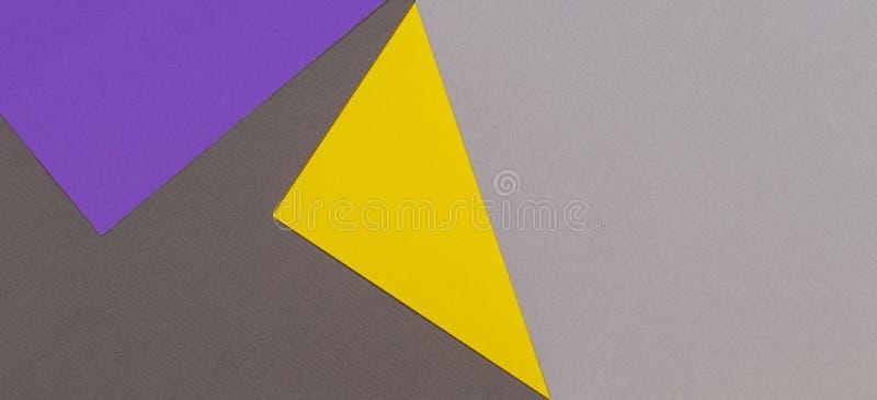抽象几何纸纹理纸板背景 紫色紫罗兰色黄色灰色时髦颜色顶视图定调子 免版税库存图片