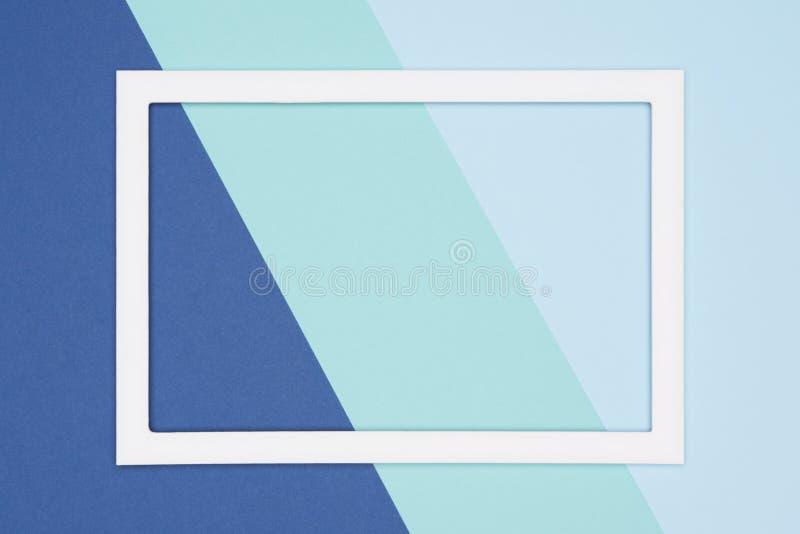 抽象几何舱内甲板放置淡色蓝色和绿松石色纸背景 与空的画框的简单派模板 库存图片