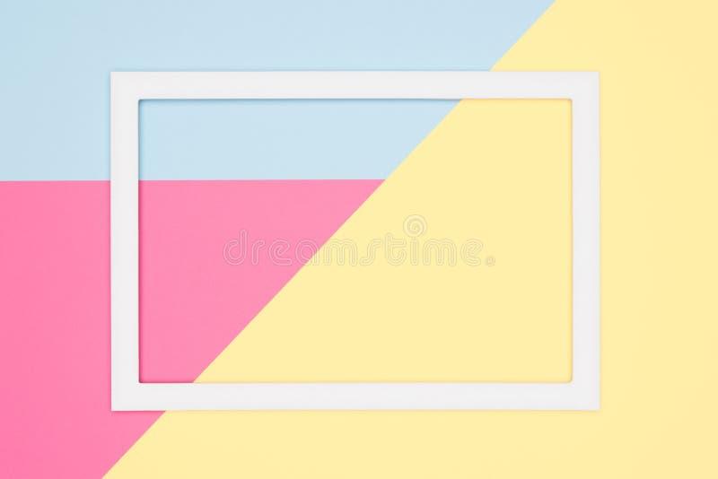 抽象几何舱内甲板放置淡色蓝色,桃红色和黄色纸纹理简单派背景 最小的几何形状模板 免版税库存照片