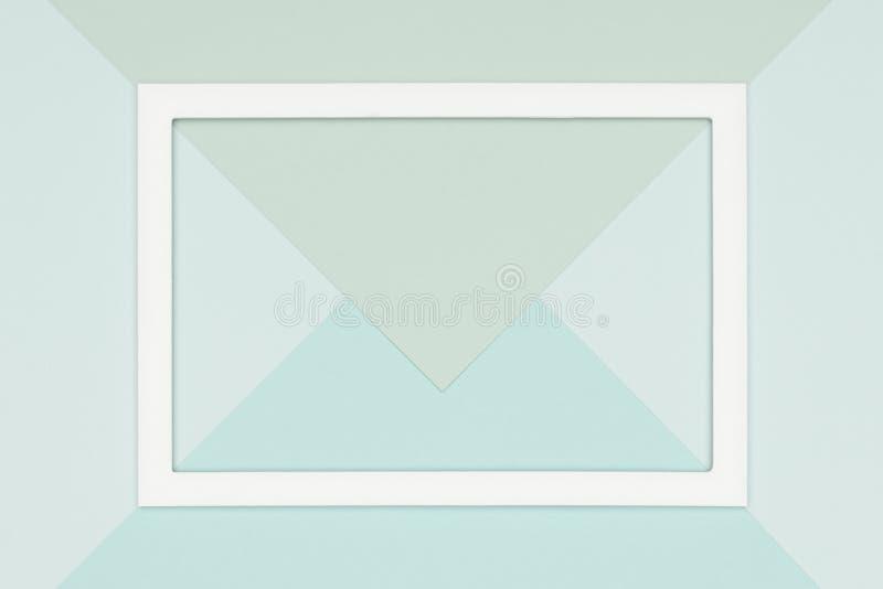 抽象几何舱内甲板放置苍白淡色蓝色和绿色色纸背景 简单派、几何和对称模板 库存照片