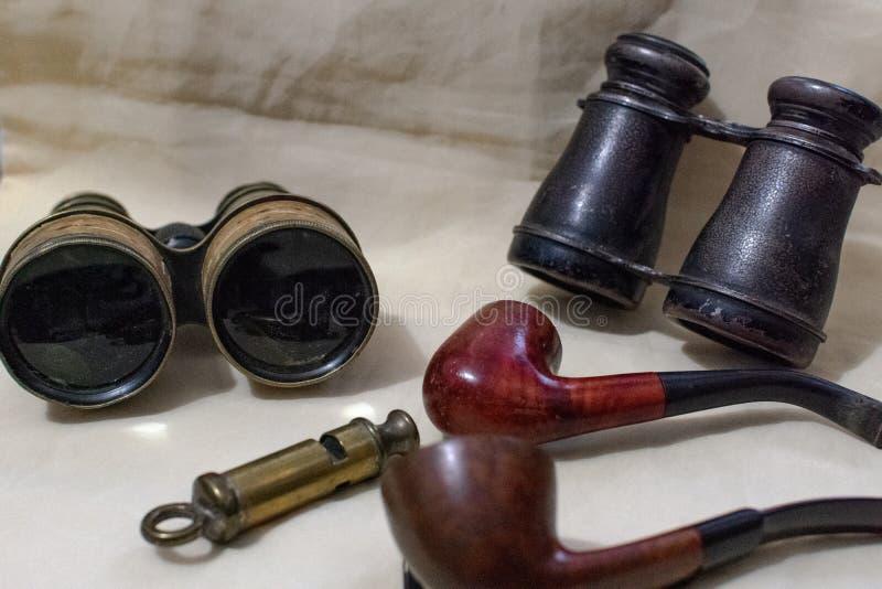 抽象化合物两烟斗两套双筒望远镜和吹口哨 免版税库存照片