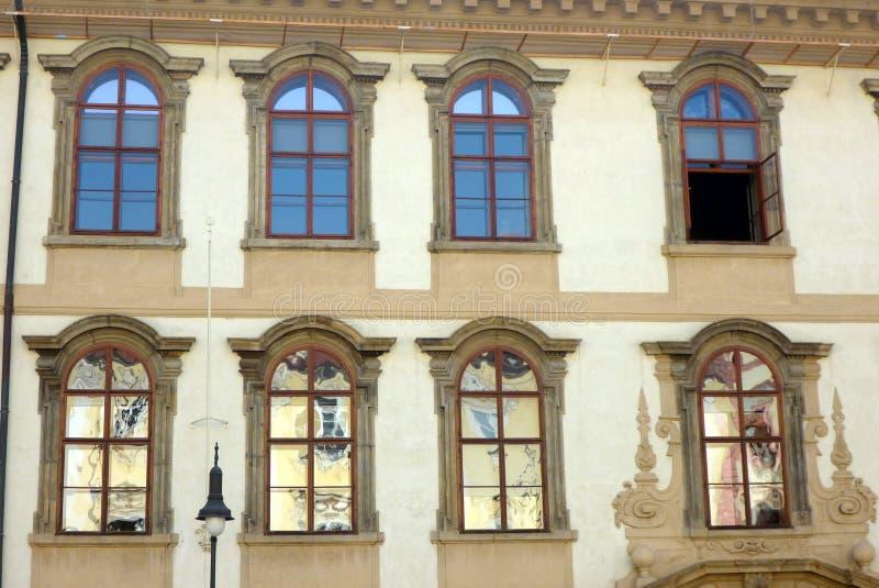 抽象反射在建立Windows,捷克的历史的布拉格 免版税库存图片