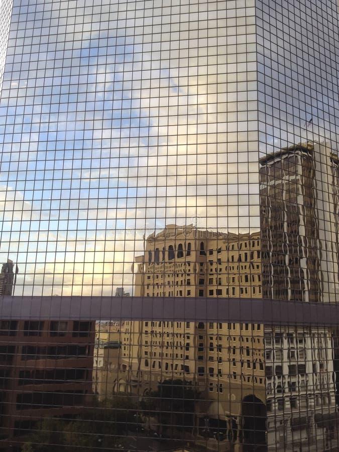 抽象反射:与被变形的城市大厦的天空 免版税库存照片