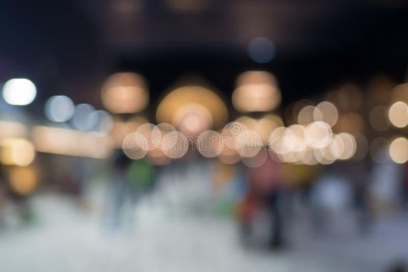 抽象圆五颜六色的bokeh在雪区域背景,从光的泡影中 Bokeh与圈子设计或bl的圣诞节背景 免版税库存照片