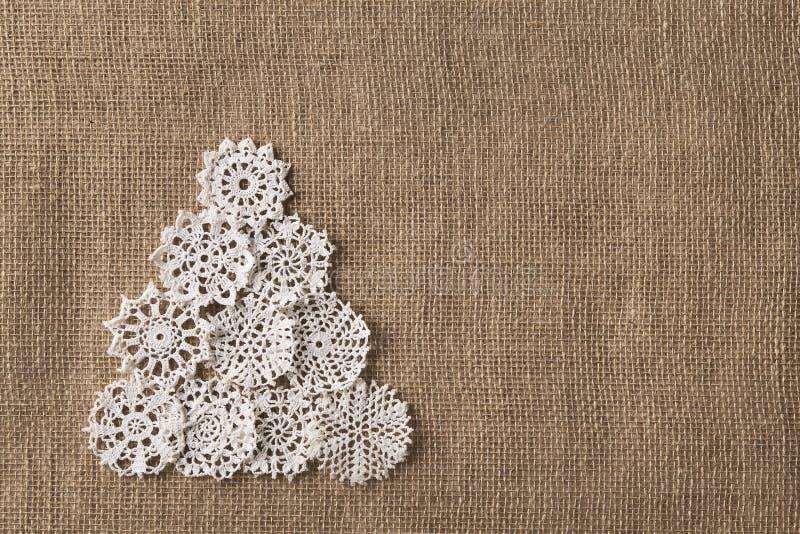 抽象圣诞树,鞋带在粗麻布的Embroid雪花 免版税库存图片