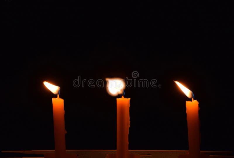 抽象在黑暗的背景、蜡烛在佛教节日天,佛教崇拜或者p的软性被弄脏的和软的焦点烛光焰 免版税图库摄影
