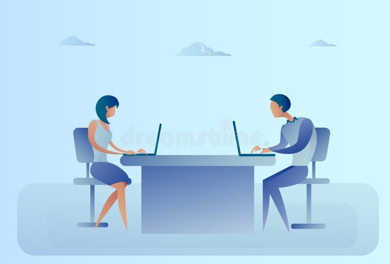 抽象坐在办公桌运转的便携式计算机的商人和妇女 库存例证
