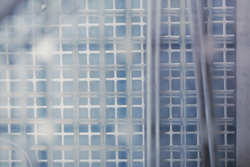 抽象多层金属栅格特写镜头,与空间fo的背景 库存照片