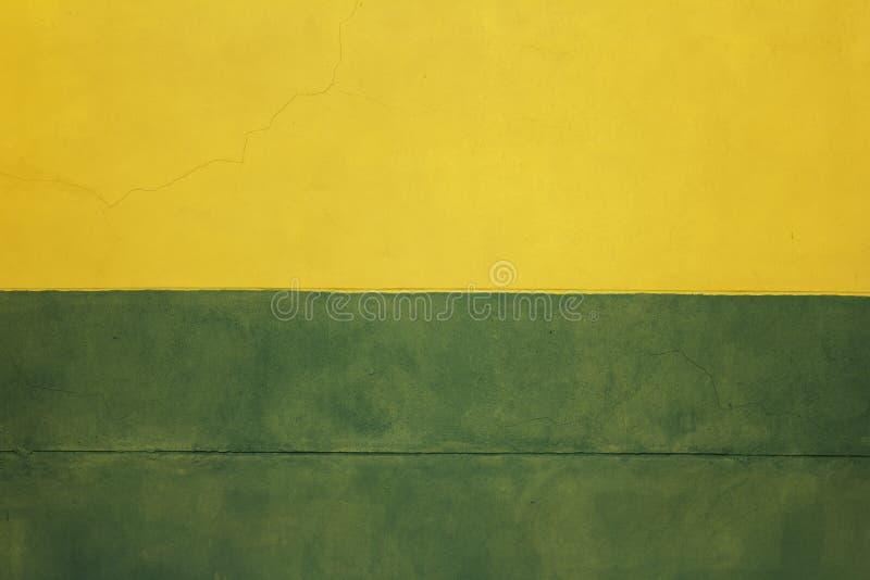 抽象大厦墙壁,两种颜色的墙壁,橙色绿色黄色墙壁 库存照片