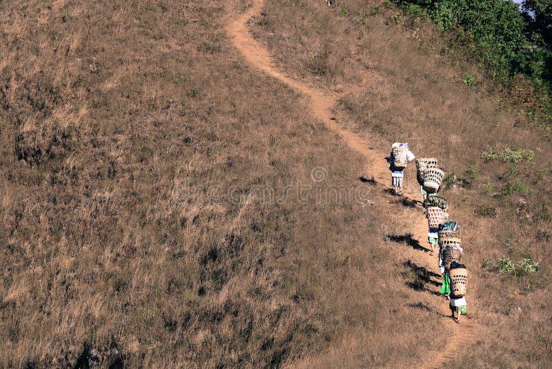抽象小组搬运工或Sherpas,当运载迁徙由上面土井决定Monjong山行李在Chiangmai时 库存图片
