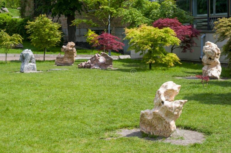 抽象形状被雕刻的石头形象-庭院或公园的美丽的装饰 免版税库存照片