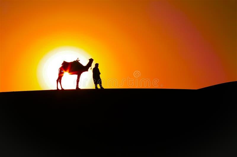 抽象日出:人和骆驼,沙漠剪影 免版税库存照片