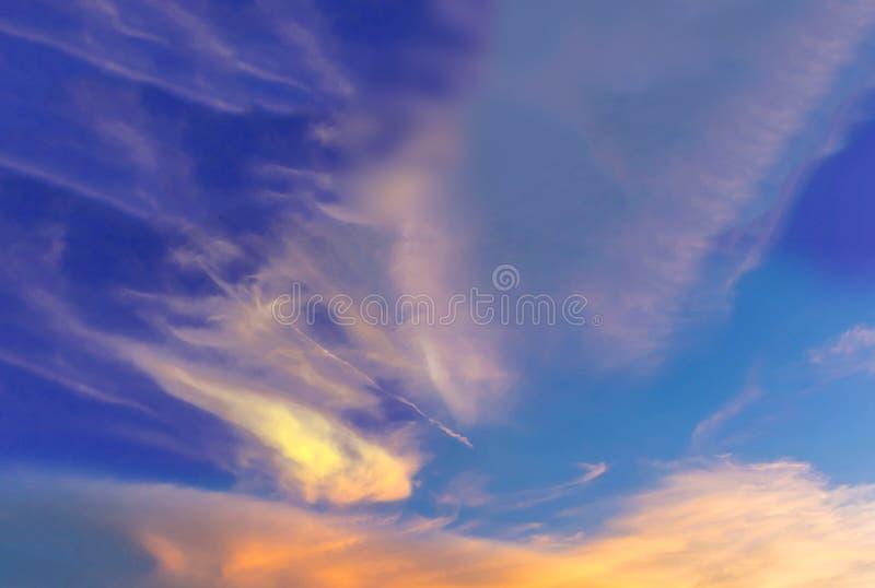 抽象日落的软性被弄脏的和软的焦点剪影与五颜六色的美丽的天空和云彩的在射线的晚上 库存照片